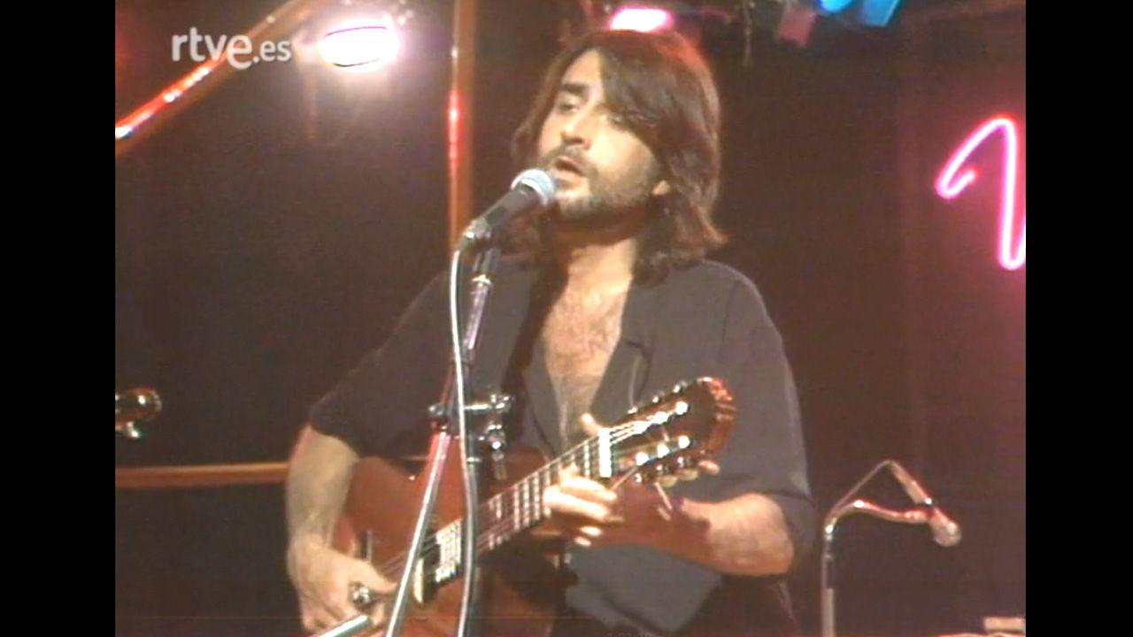 Luis Eduardo Aute, durante una actuación en televisión en 1983