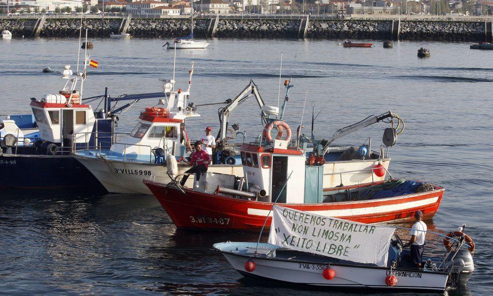 Así fue el abordaje del «Coral I».Bruselas decidirá el día 21 si la flota del xeito -en la foto, en una protesta- desaparece o no.