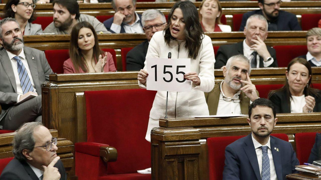 Arrimadas le enseña a Torra un cartel con el 155