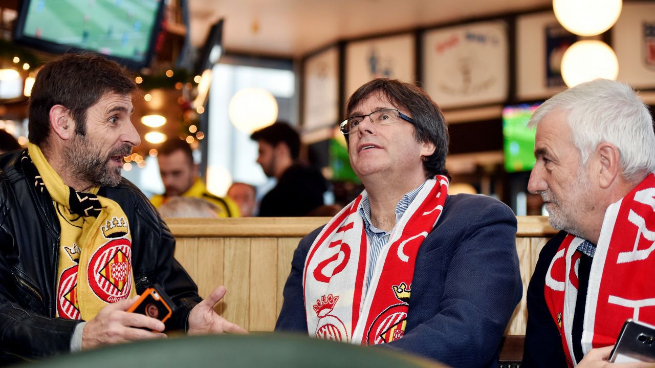 Jordi Sanchez.Puigdemont observa el partido Girona-Getafe en un bar de Bruselas