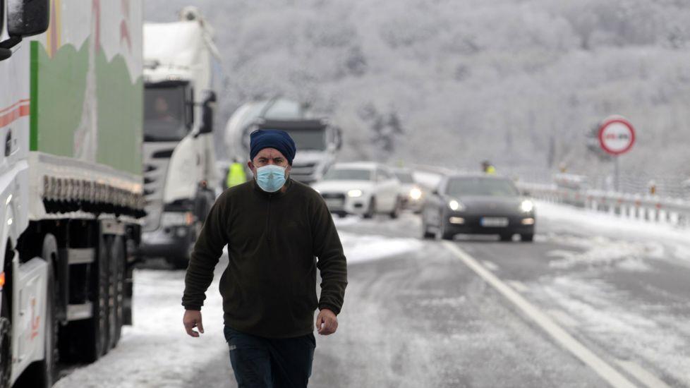 El conductor de uno de los camiones bloqueados este viernes por la mañana en la subida a Oural en el corredor Monforte-Lugo