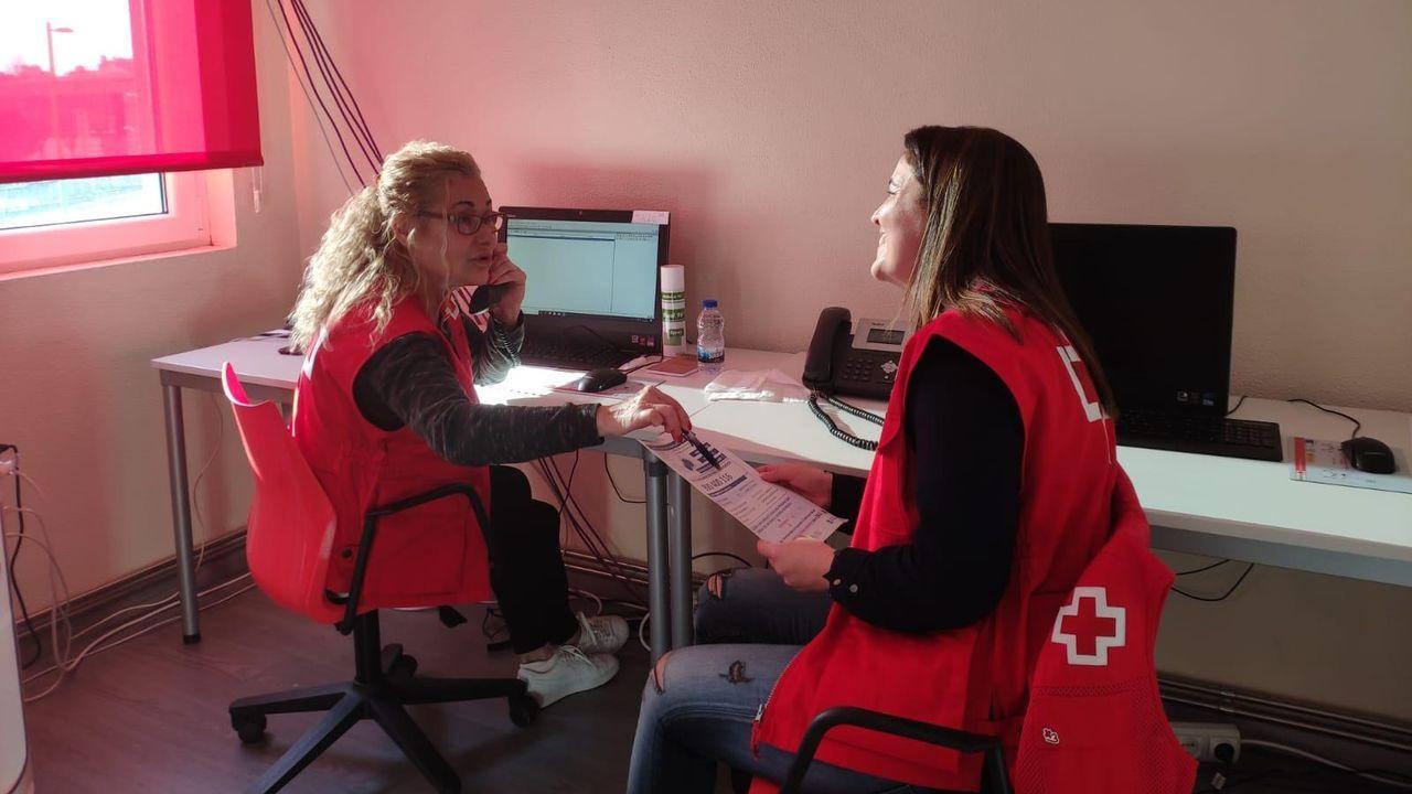 María Sol Quiñoa, voluntaria, y María Rodríguez Navarro, psicóloga, transmiten ánimo y mensajes de calma