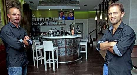 Los hermanos Ambrosio y Felipe Oróns en el renovado restaurante O Bocho.