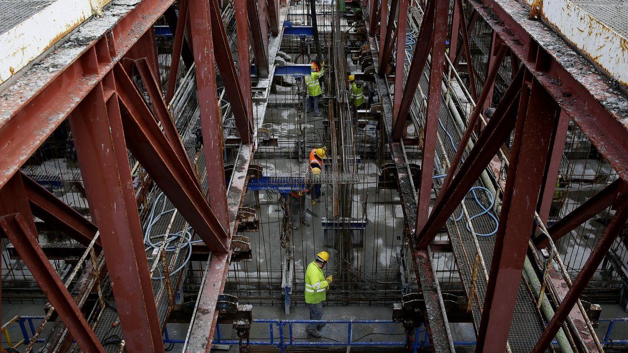 Así se construye en Langosteira el puerto de Aberdeen.El detenido en el desalojo de la Comandancia sale de declarar en los Juzgados