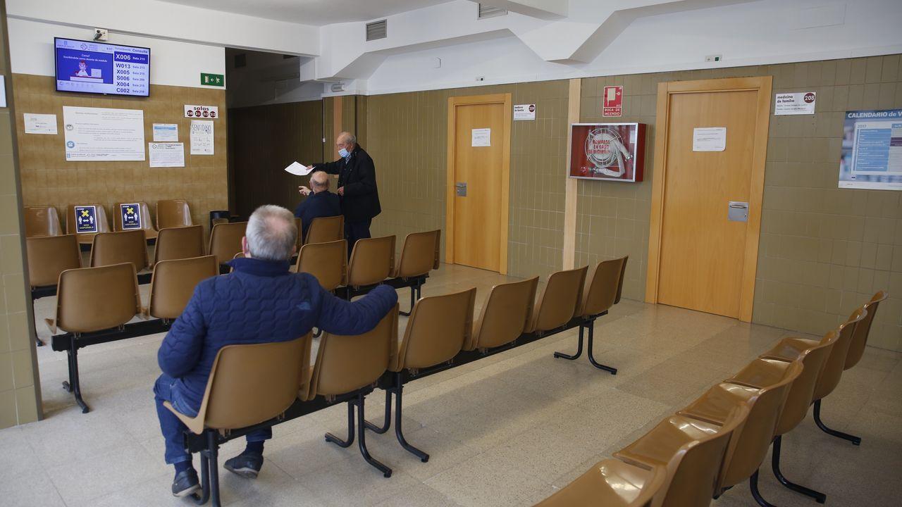 Colas para vacunarse contra el covid en Pontevedra.Usuarios, en el centro de salud Virxe Peregrina, de Pontevedra