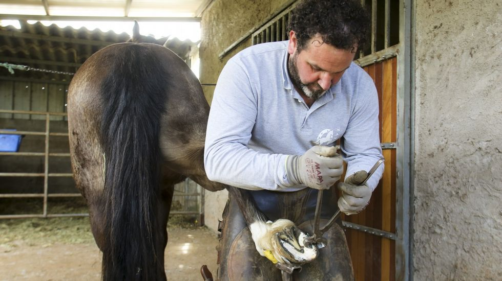 En Coirós se abona con drones.Adrián Ferrol García en la granja donde encontró trabajo a través de Emprural