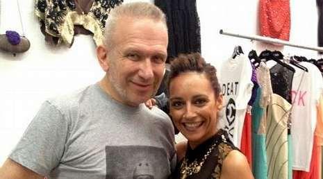 Gaultier posa con Carla Pérez, la otra fundadora de Elsavadeboda, en la tienda efímera que montaron durante los veranos en Ibiza