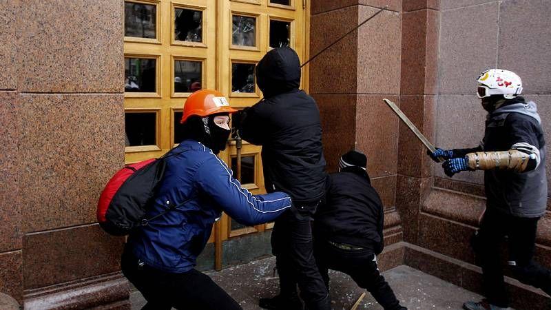 La oposición ucraniana protesta en Kiev.Una barrera de policías contiene a los ucranianos que se congregaron frente al Parlamento durante la moción de censura.
