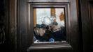 Agentes del Capitolio observan los destrozos en una ventan