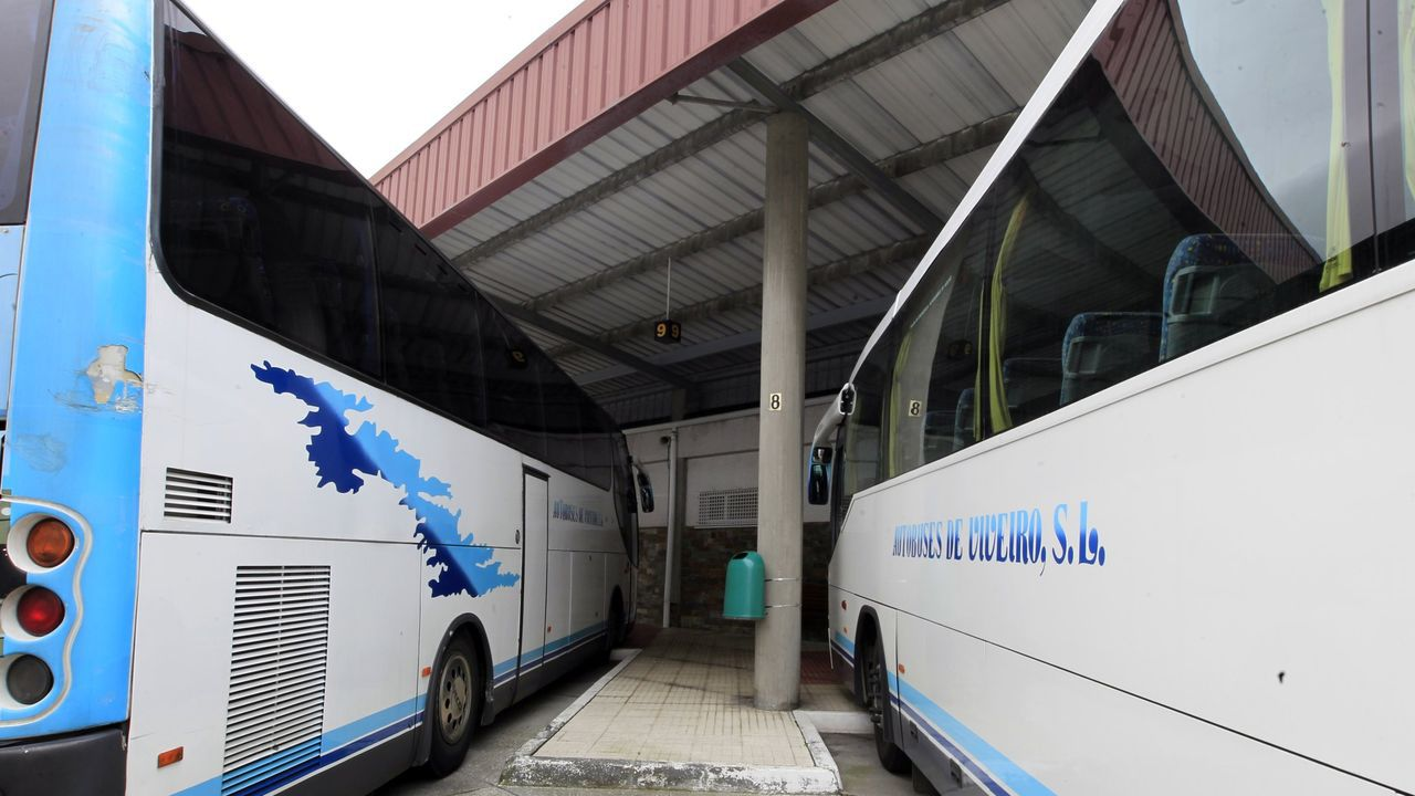 Imagen de archivo de dos autobuses en la estación de Viveiro