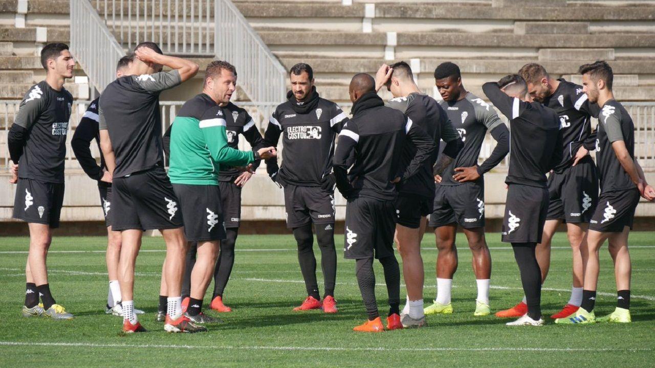 Curro Torres, en el centro, en un entrenamiento del Córdoba