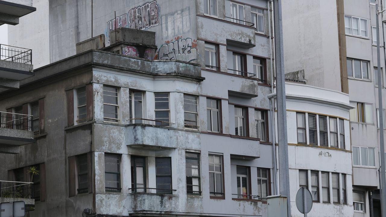 casas.Vista de la calle Falagueira, con las viviendas rehabilitadas del lado de la Porta Nova