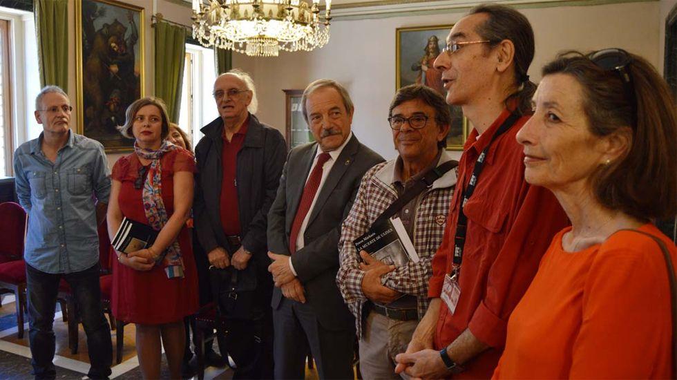 Petros Márkaris, bajo la lámpara, entre Wenceslao López y Ana Taboada, junto a organizadores de la Semana Negra y concejales ovetenses