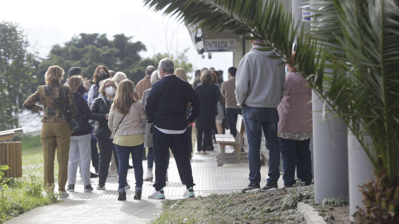 Cola para vacunarse en el Hospital de Oza, en A Coruña