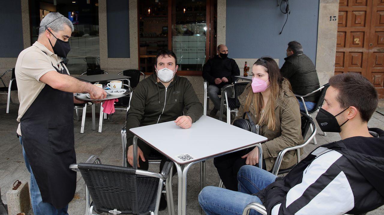 Reapertura de la hostelería en Barbanza.Imagen de la calle peatonal de Ribeira, concello en el que hay 26 positivos detectados en 14 días