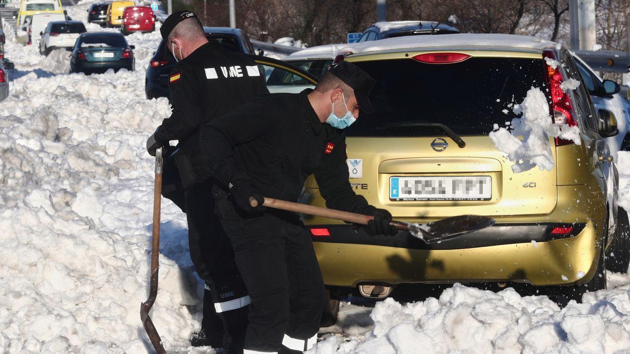 Efectivos de la UME en la M-40 de Madrid, liberando un coche atrapado en la nieve