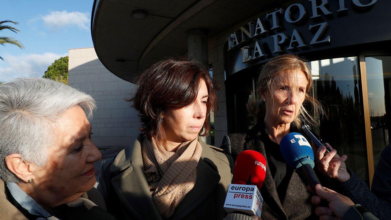 La exministra de Ciencia e Innovación Cristina Garmendia y Lucía Viñuela, hija de Margarita Salas, a la entrada del tanatorio