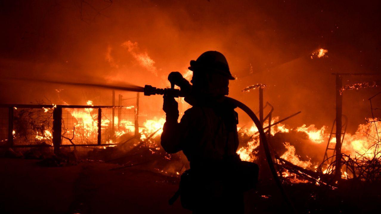 Las imágenes más impactantes del fuego en California.Imagen del coche calcinado tras la caída