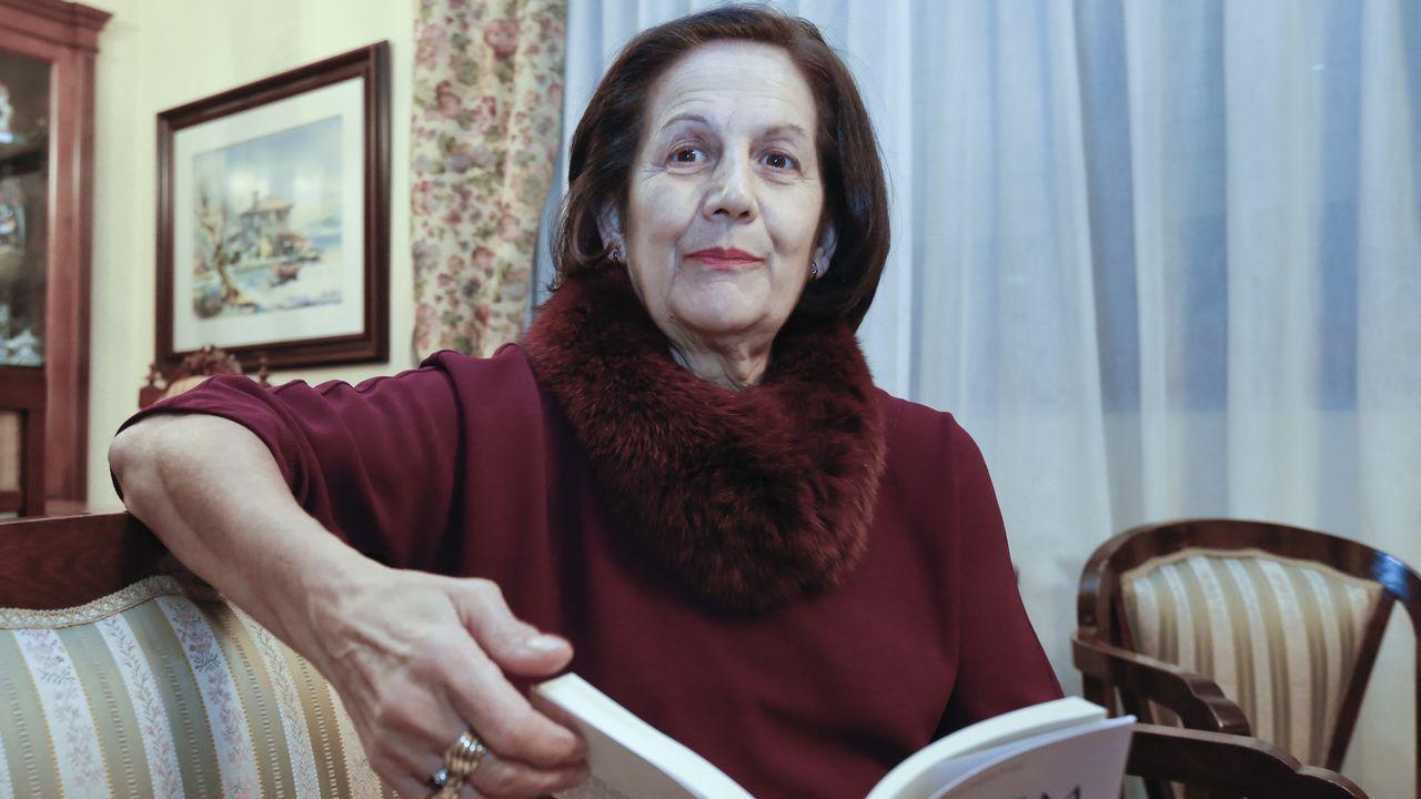 «La novela habla de historia y sentimientos».Una mujer es desinfectada en Tirana, Albania, antes de entrar en un supermercado