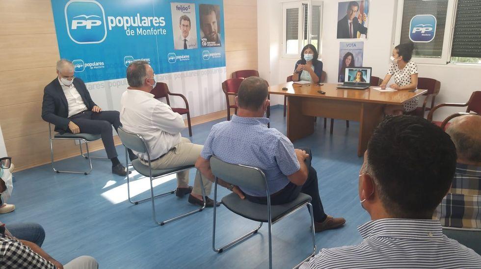 Homenaje a las víctimas del accidente de tren de Angrois.Elena Candia y Katy Varela presidieron la reunión celebrada en la sede del PP