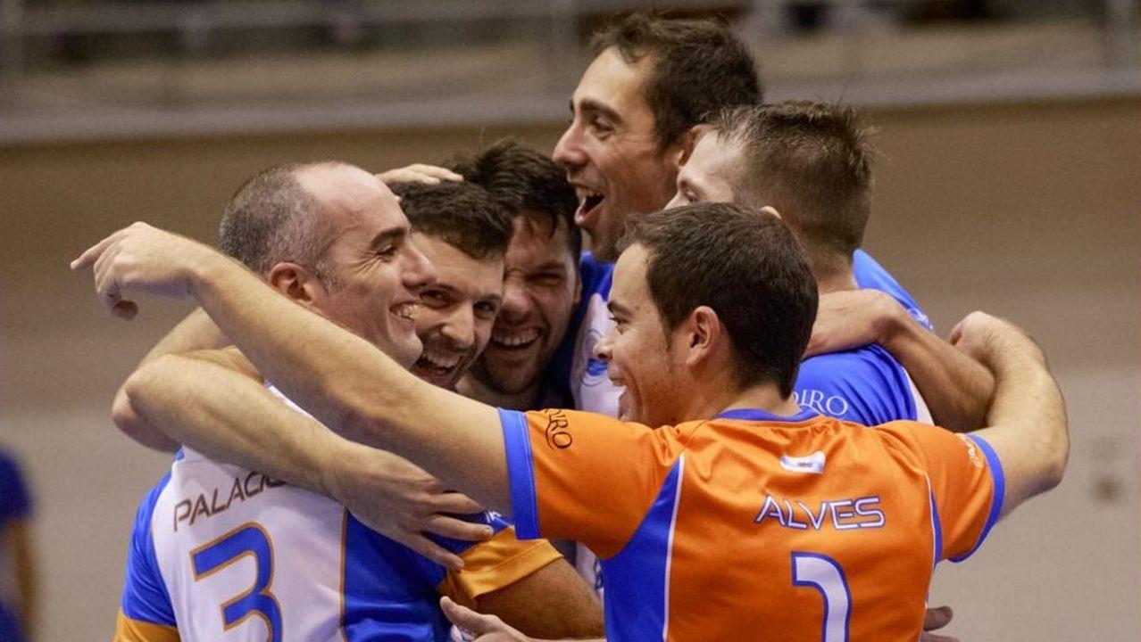 Sorteo de las semifinales de la Copa del Rey.Omar Ramos dispara a puerta ante el Almería