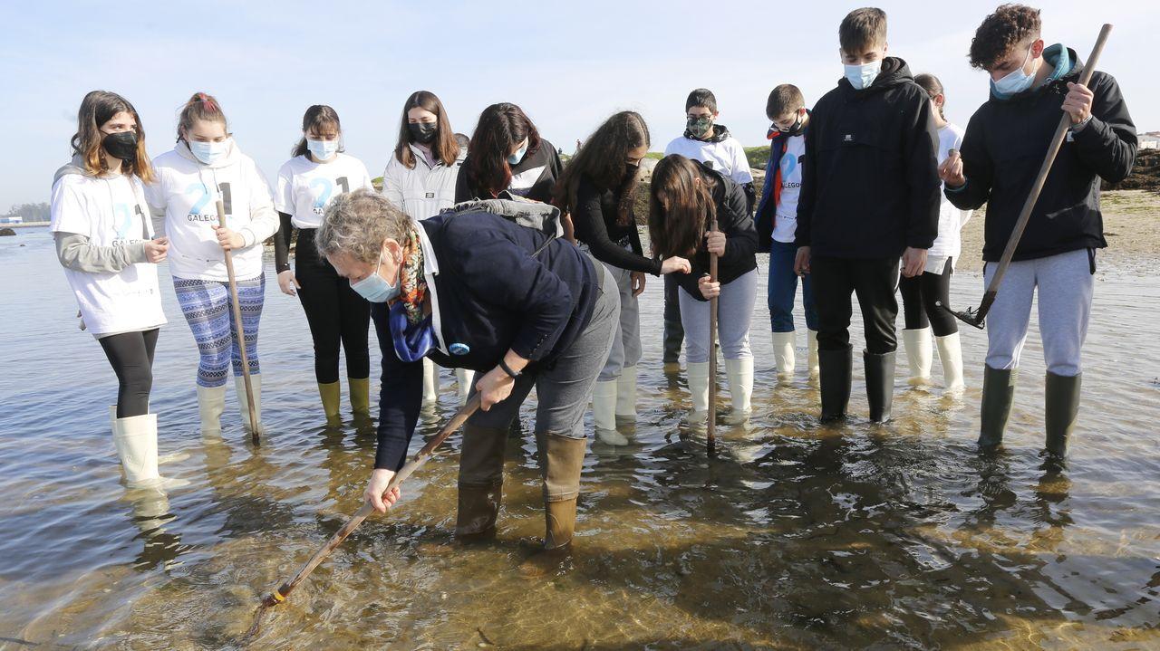 Os alumnos do IES Ramón Cabanillas aprenden a mariscar con Guimatur.Martiño Vázquez, productor executivo burelense