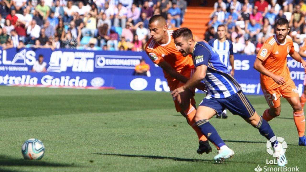Tejera Nacho Gil Ponferradina Real Oviedo El Toralin.Tejera lucha por un esférico con Nacho Gil