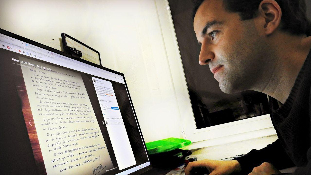 Guido lendo algunhas das cartas que recibiu dos internautas