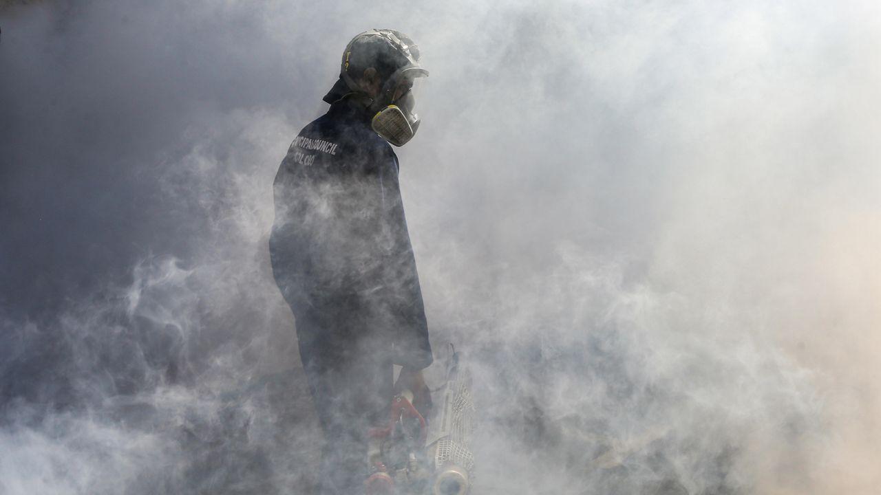En Sri Lanka, a la pandemia del coronavirus se suma el problema del dengue. Para evitarlo, fumigan con productos antimosquitos