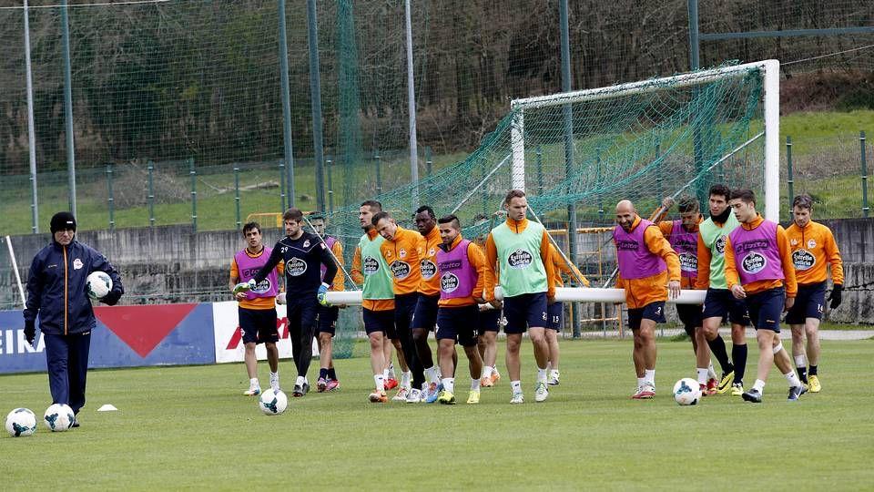 Último entrenamiento del Deportivo antes de partir rumbo a Vitoria.La necesidad de Fernando Vázquez de reformar el equipo acabó por deparar un gran encuentro frente al Recreativo.