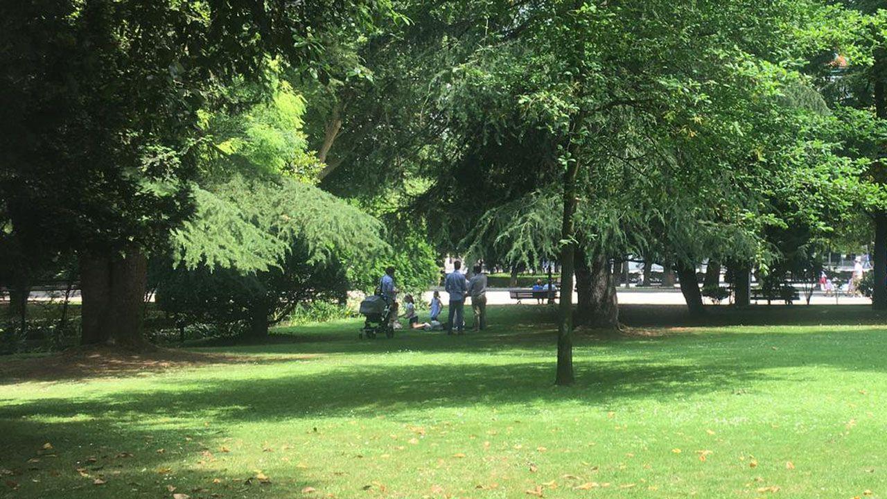 Una familia busca espacio en el césped del parque San Francisco, el Martes de Campo