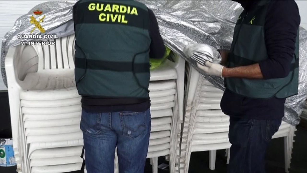 Agentes de la Guardia Civi requisan mascarillas y guantes