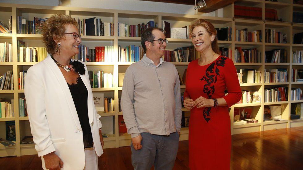 Teresa Domingo, premio nacional de Educación; Xacobo de Toro, candidato a los premios Educa Abanca 2018; y la periodista Teresa Viejo, ayer en el acto de Afundación en Santiago