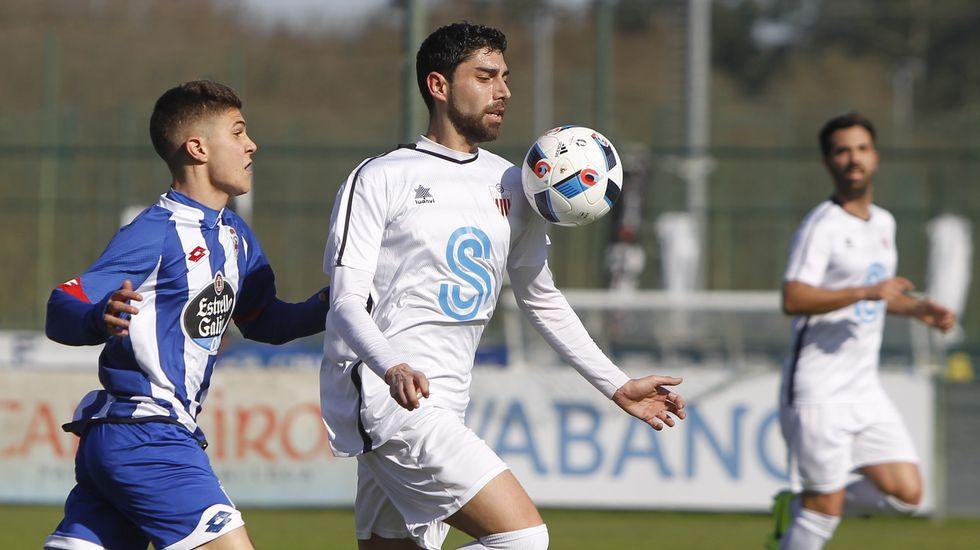 El futbolista dumbriés Martín disputa un balón a un jugador del Milagrosa.
