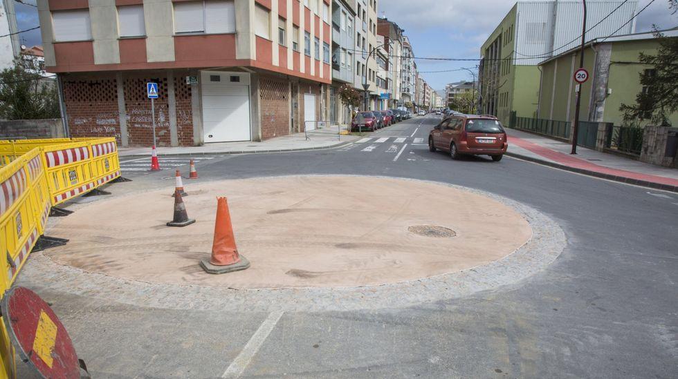 Aparece una quenlla en la playa de Quenxe, Corcubión.La rotonda, en el mes de abril, cuando se estaba habilitando