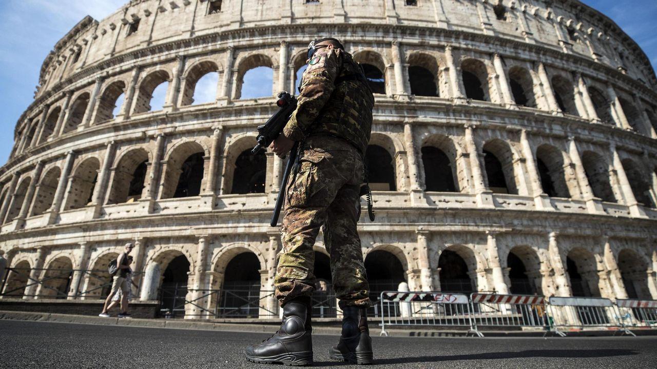 Un soldado italiano hace guardia frente al Coliseo en Italia