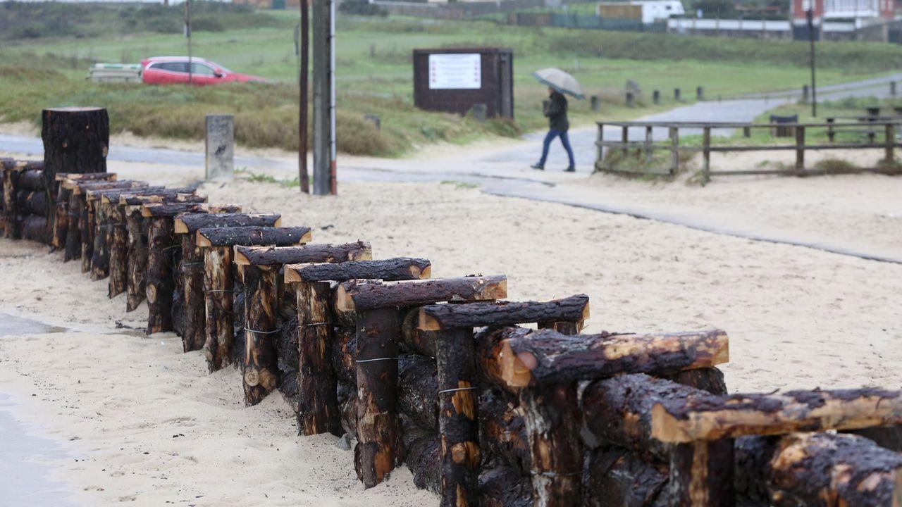 En la imagen, el nuevo cierre biológico que se ha instalado en la playa de Doniños