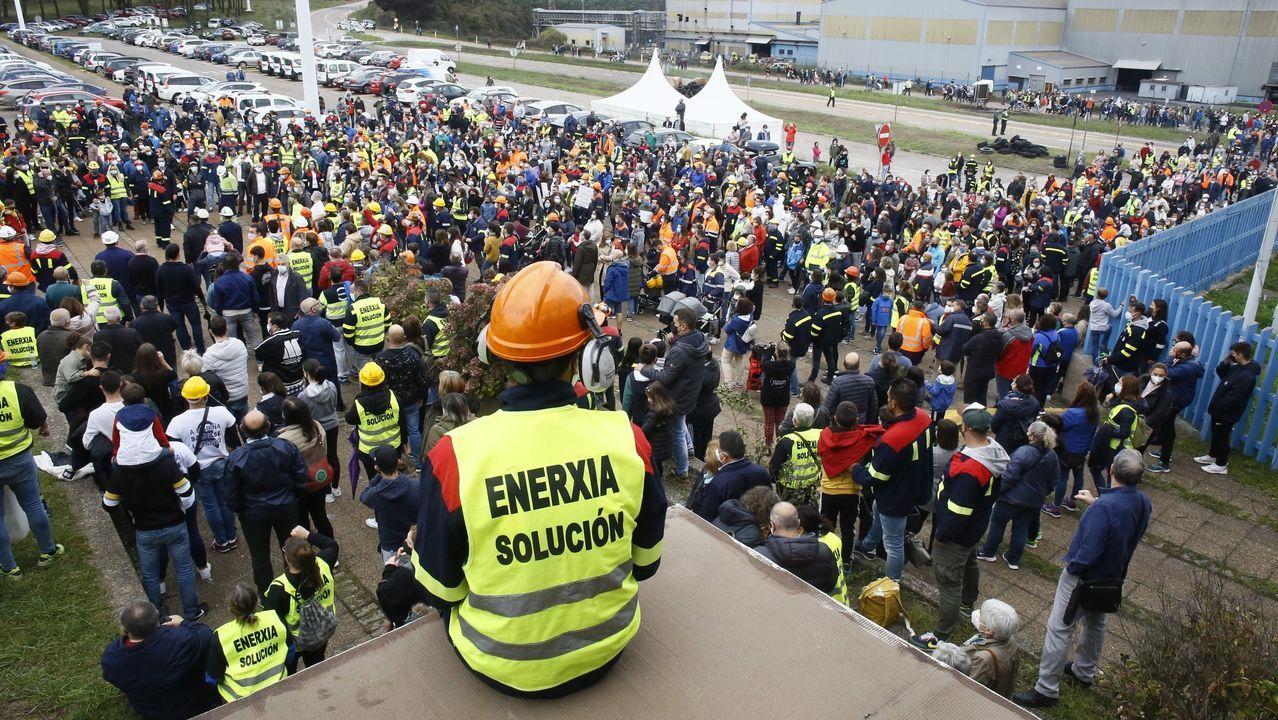 Miembros del comité de Alcoa clavan cruces en la entrada de la fábrica.Además de la concentración de Viveiro, en la imagen, este jueves hubo protestas en Burela, Ribadeo, Barreiros y Vegadeo, entre otras localidades
