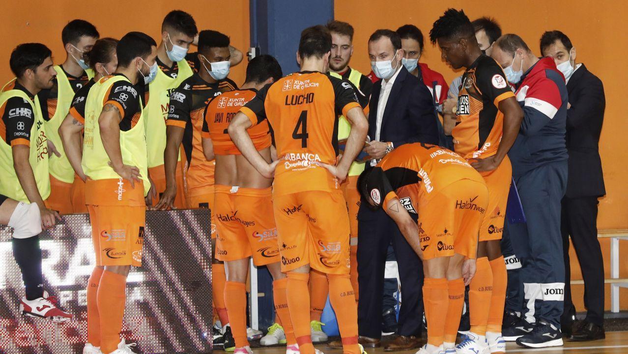 La escuadra del Pescados Rubén y el entrenador, en un partido disputado el pasado 30 de octubre en Burela