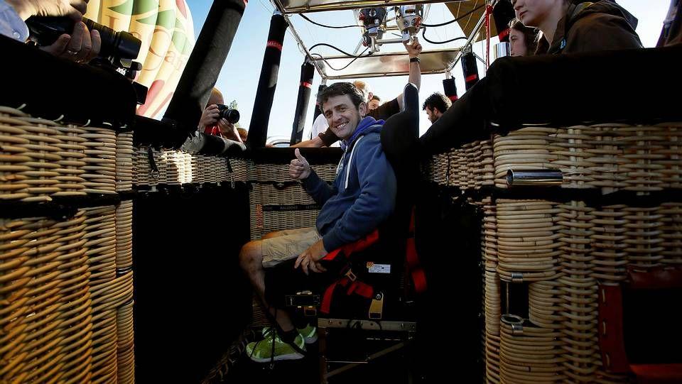 El piloto Isidre Esteve dentro de uno de los globos adaptados a personas con movilidad reducida que ha presentado hoy la Fundación Provada Áuria