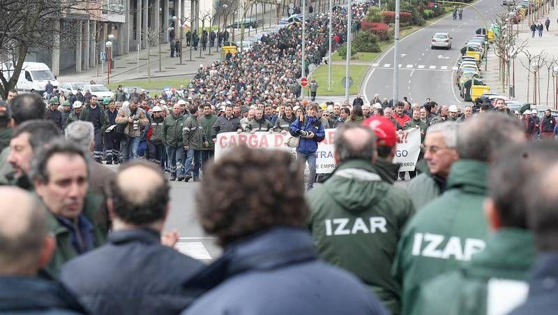 Las imágenes de la protesta de Navantia Fene-Ferrol.Edificio de la Agencia Tributaria en Monforte.