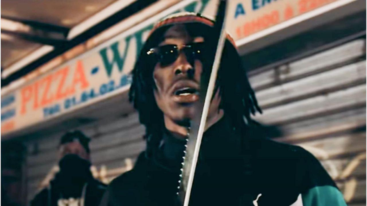 El rapero francés Maka, machete en mano, en una imagen del vídeo por el que fue condenado a 15 meses de cárcel