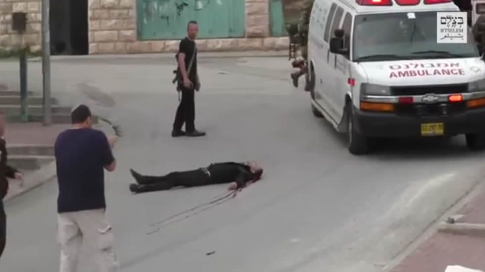 Un soldado israelí dispara a sangre fría a un palestino herido.Ángel Alonso y Miguel Ángel San Miguel, que muestra la tarjeta contra la Selección israelí