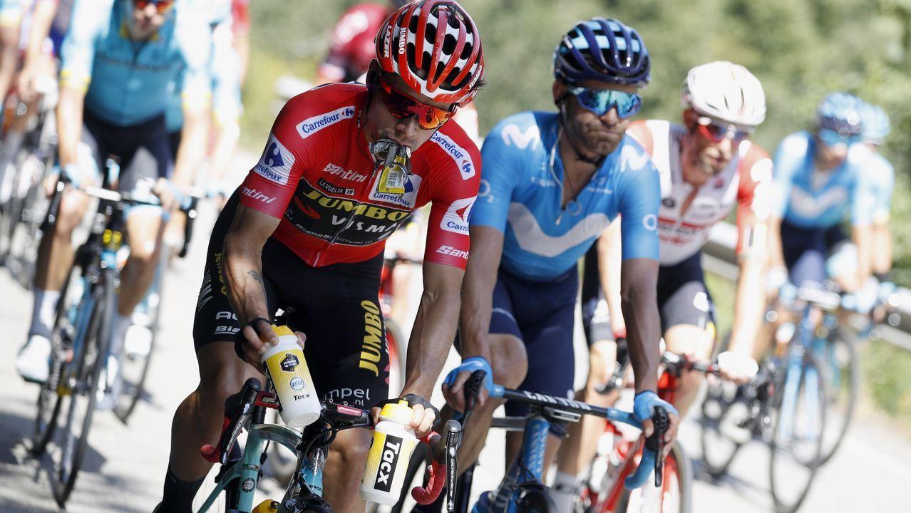 El ciclista esloveno del equipo Jumbo-Visma y líder de la clasificación general, Primo? Roglic (i), junto al pelotón ciclista durante la decimoquinta etapa de la 74th Vuelta a España 2019, con salida en la localidad de Tineo y meta en el Santuario del Acebo