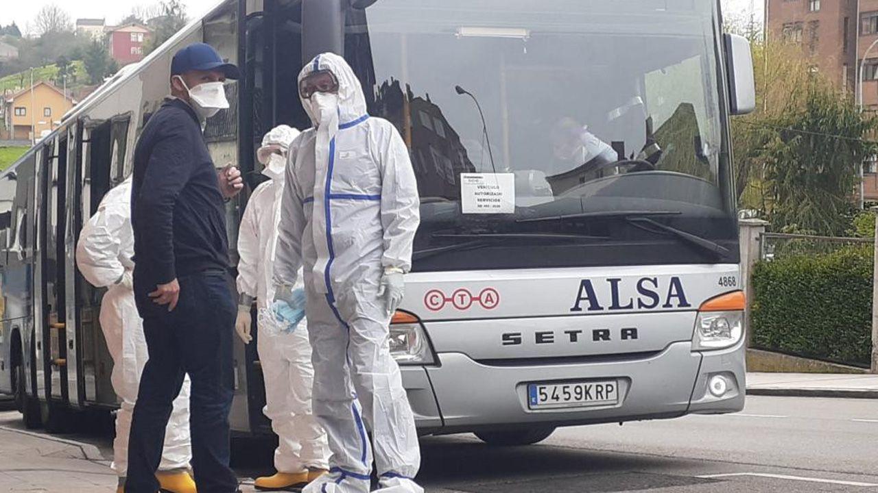 Policía local y voluntarios trasladan a un grupo de personas sin hogar a un albergue instalado en Gijón
