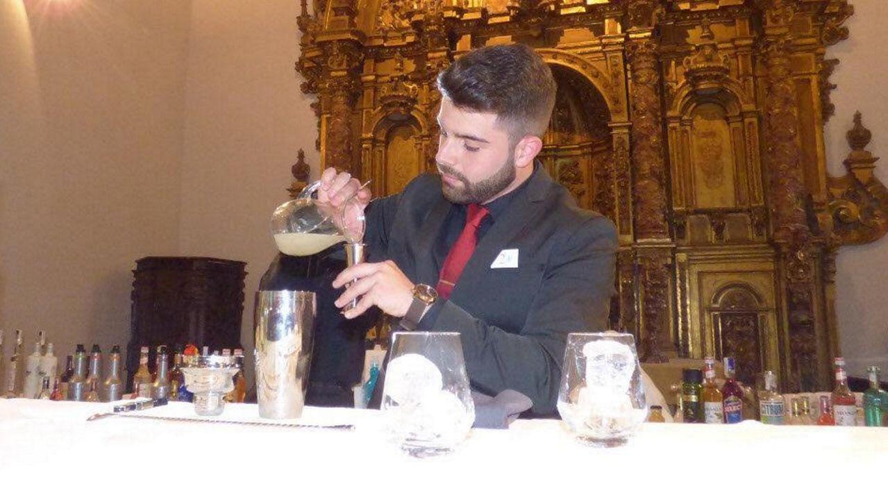 Gabriel Vilar preparando una bebida