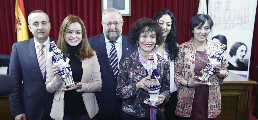 Las razones por la que Merkel hizo llorar a una niña pequeña.Ramón Carballo, Orozco e González Abelleira participaron no acto que premiou a Expósito, Erika Reija e Branca Rodírguez Pazos.