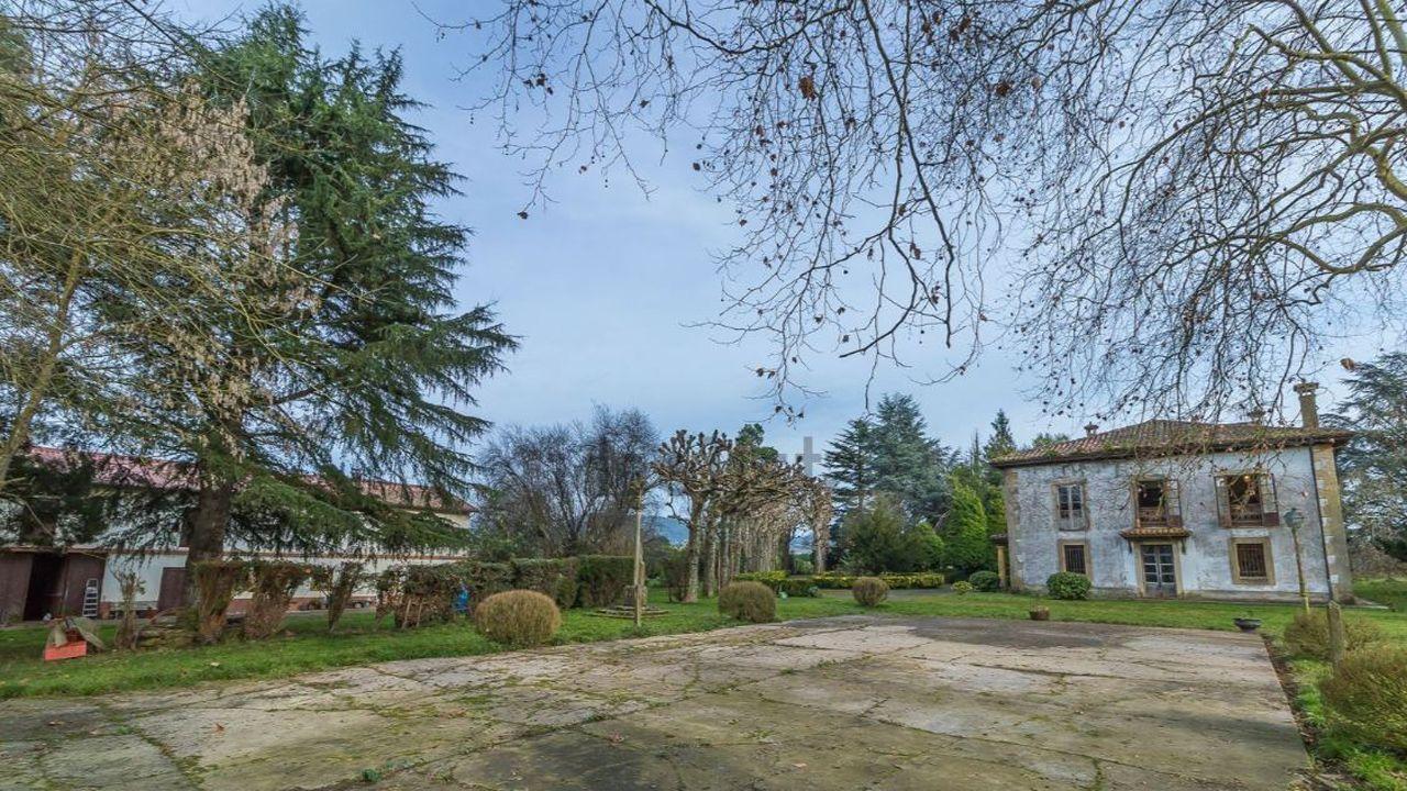 Vista del patio de la casa en San Cucao (Llanera) que vende la familia Franco por cinco millones de euros