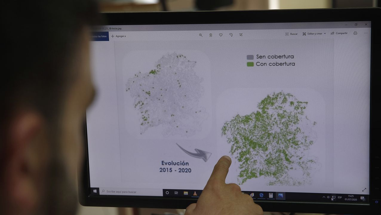 Un empleado analiza la evolución de la cobertura de banda ancha en Galicia entre el 2015 y el 2020