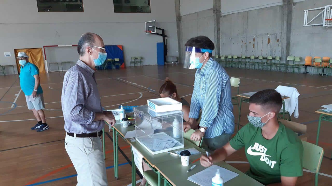 El conselleiro de Sanidade, Vázquez Almuiña, vota en Baiona